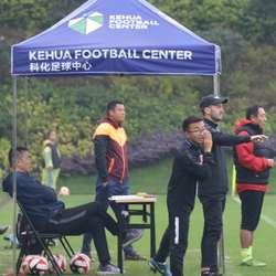 河北華夏幸福U14梯隊 比賽期間在場邊將教練的戰術意圖翻譯給場上球員