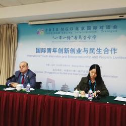 在北京NGO國際對話會上為外方發言嘉賓提供翻譯