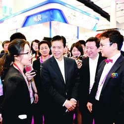陪同商务部领导考察,图为正与韩国企业交流