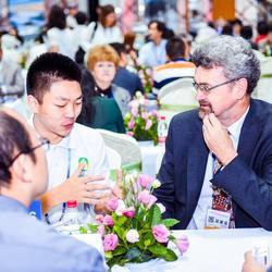 第四届国际旅游博览会中帮助中外卖家买家沟通交流。