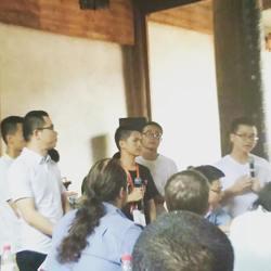 """图为金华外侨办举办的""""海外学子走进金华古村落""""活动中的青年对话环节,担任现场交传"""
