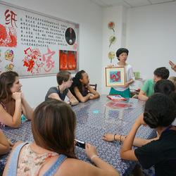 2014汉语桥—美国高中生夏令营期间,负责来自俄亥俄州师生中华文化课堂和日常生活中的交流,图为介绍中国的剪纸艺术。