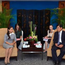 俄罗斯亚洲工业企业家联合会主席刘丽达与厦门市副市长洪成忠会晤翻译