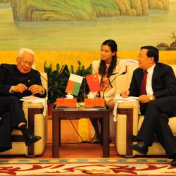 东营石油装备展开幕前,市长与马达加斯加大使会见。